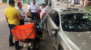 Moto repartidor lesionado al chocar contra Jetta