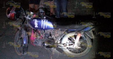 Motociclistas son impactados por un taxi en Gutiérrez Zamora