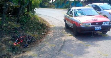 Niño resulta lesionado tras impactar su bicicleta contra un taxi