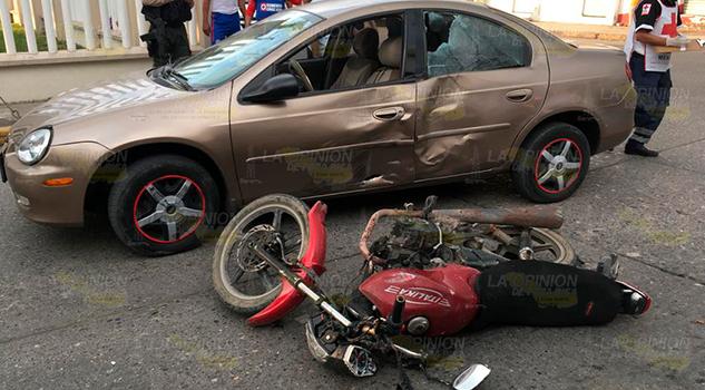 Plomero resulta fracturado al impactarse contra un automóvil