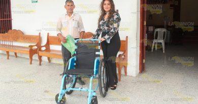 Presidenta del DIF Espinal, entregó la primera silla de ruedas del año