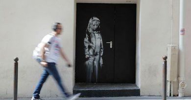 Roban puerta con mural de Banksy en París