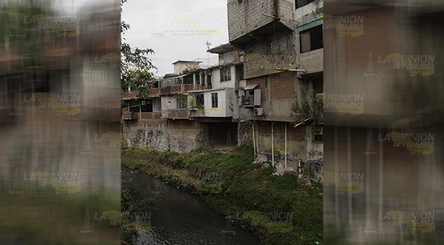 Socavón afecta varias casas en Poza Rica