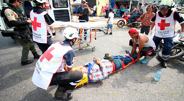 Taxista atropella a comerciante motociclista y huye