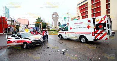 Taxista impacta a una ambulancia en Poza Rica