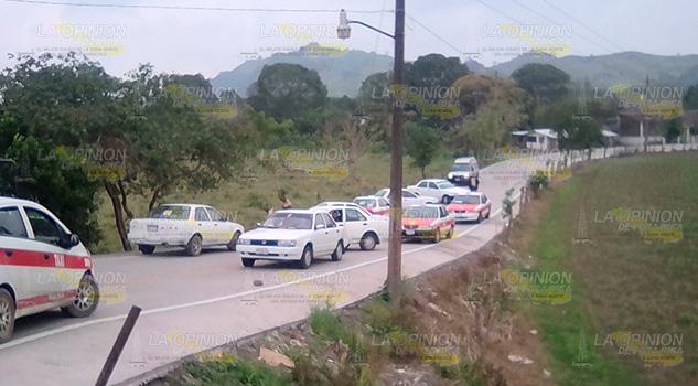 Taxistas chumatlenses bloquean Chichilinta, causan caos a habitantes serranos