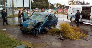 Trepa su auto al camellón en Martínez de la Torre, un lesionado (2)