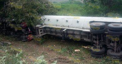Vuelca camión cisterna sobre la carretera Tihuatlán - Álamo