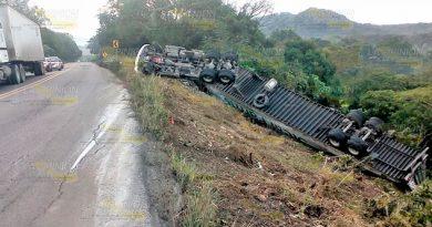 Vuelca tráiler en carretera federal entre Cerro Azul y Tancoco