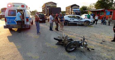 Automóvil provoca fuerte choque a moticicleta
