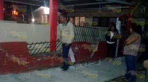 Conductor se impacta y derriba barda perimetral en escuela de Entabladero