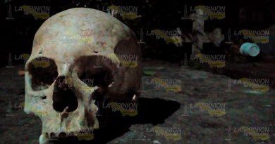 Dejan cráneo sobre una tumba en el panteón San Lucas