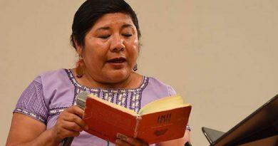 Emociona recital en náhuatl y mixteco en Bellas Artes