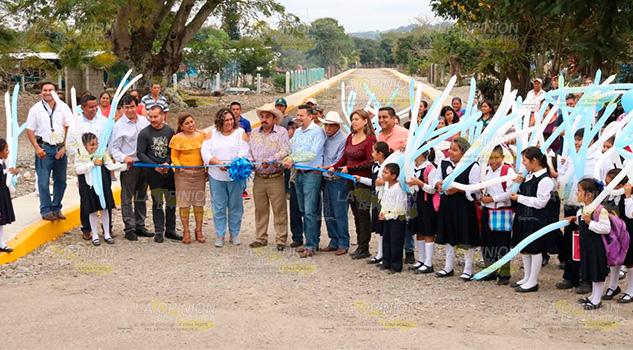 Gobierno de Álamo entregó más guarniciones y banquetas