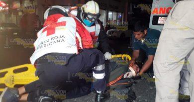 Motociclista se estrella contra un taxi de Martínez de la Torre