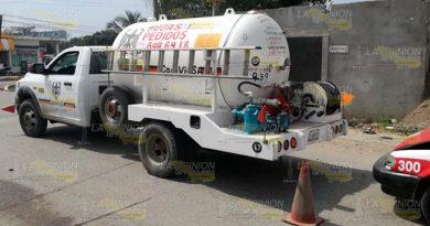 Pipa de gas choca con un taxi en Tuxpan