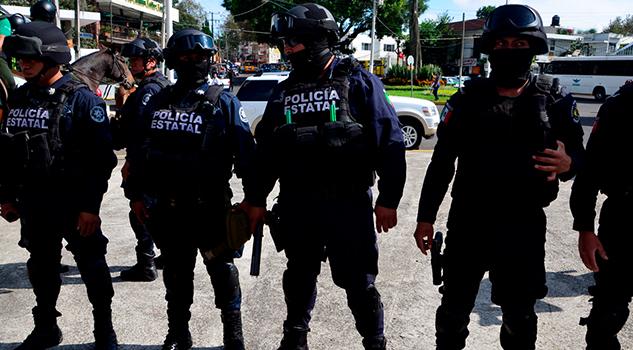 Por descuentos a salarios, policías estatales se irían a huelga