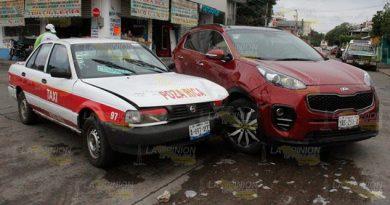 Quiso ganarle el paso a taxista y provoca accidente