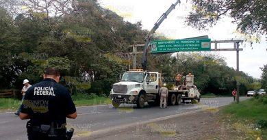 Retiran peligrosa estructura de Cerro Azul con letrero de bienvenida