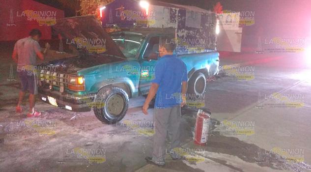 Se incendia camioneta afuera de hospital regional de Álamo