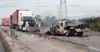 Se salva de milagro al incendiarse camioneta tras chocar con tráiler