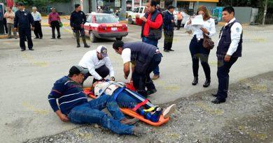 Taxista derriba a motociclistas en Tuxpan