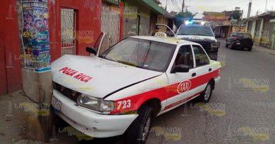 Taxista distraído se estampa contra poste de CFE