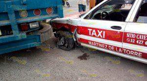 Tráiler aplasta a un taxi sobre un libramiento en Martínez de la Torre