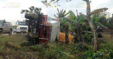 Vuelca camión naranjero en la comunidad Frijolillo de Tuxpan