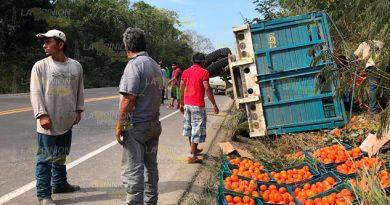 Vuelca camioneta Cargada de naranja sobre la carretera Tihuatlán - Potrero del Llano