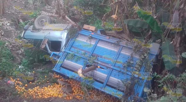 Vuelca camioneta naranjera sobre la carretera Álamo - Potrero del Llano