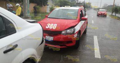 Choca con auto estacionado en Tuxpan