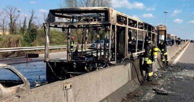 Secuestran e incendian autobús con estudiantes en Italia, sin heridos