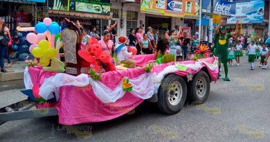 Alegre y colorido desfile de primavera en Álamo