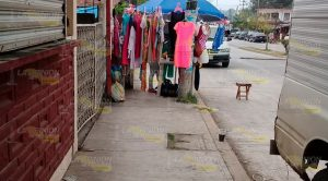 Ambulantes ponen en riesgo a peatones en Cerro Azul