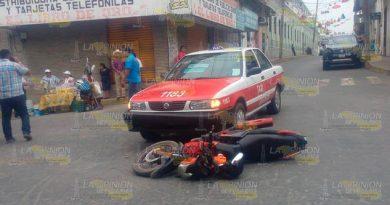 Aparatoso accidente entre Taxi y motociclista en Papantla