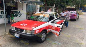Camioneta le destroza puerta a un taxi en Tuxpan