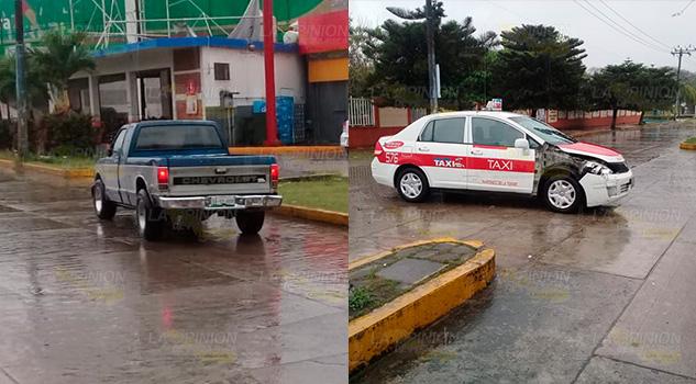Camioneta se estrella en un taxi en Martínez de la Torre