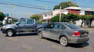 Clásico choque entre camioneta y automóvil en la 27 de Septiembre