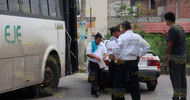 Conductor de autobús arrastra a taxi por ir mirando el celular