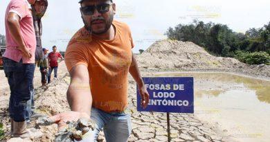 Descubren fosas con lodo bentónico a orillas de la playa en Tamiahua