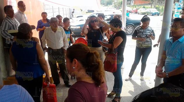 Docentes toman escuela de Coatzintla por mala actitud del director