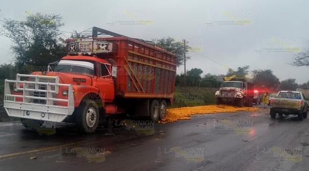 Encontronazo entre camión de volteo y torton de carga en la Álamo - Alazán