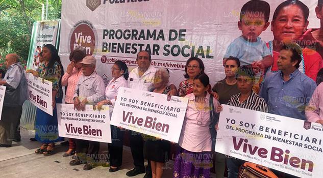 Entregan láminas a familias vulnerables en Poza Rica