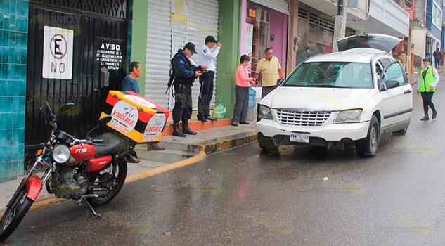 Impactan a motociclista repartidor de mandados en Papantla
