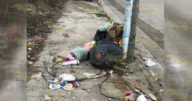 Inundadas de basura las calles de Tihuatlán