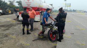 Motociclista esquiva pipa en la Tuxpan - Poza Rica y derrapa