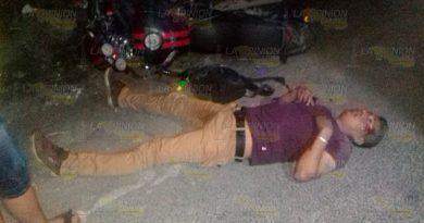 Motociclista resulta lesionado tras derrapar en Chinampa de Gortostiza