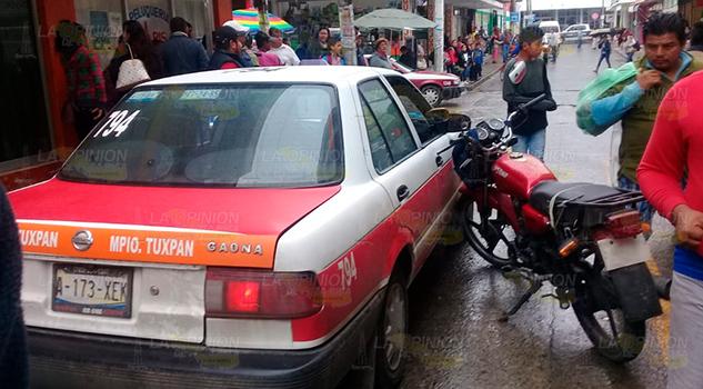 Pareja en motocicleta se impactan contra un taxi en Tuxpan