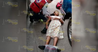Mujer cae al intentar abordar autobús entre Alazán y Potrero del Llano